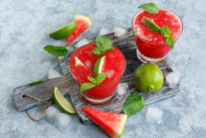 Bebida da melancia do gelo com cal e hortelã fotografia de stock