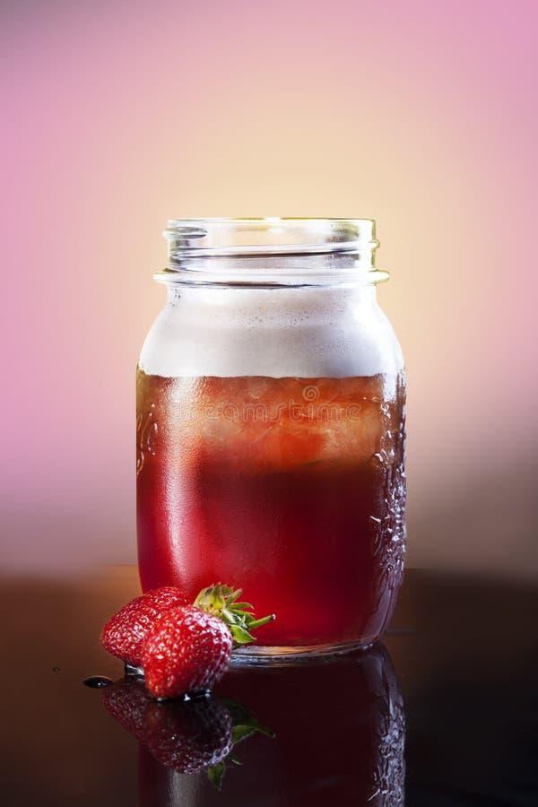 Bebida da morango Frutos de Juice With Strawberry da morango Bebida de refrescamento do ver?o foto de stock