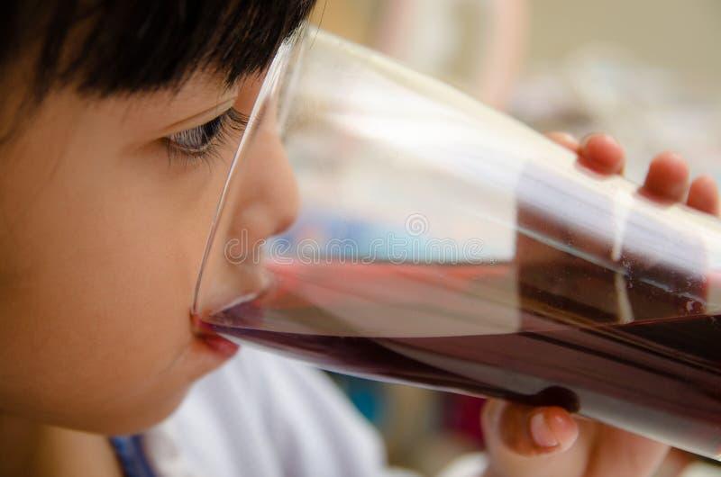 Bebida das crianças imagem de stock