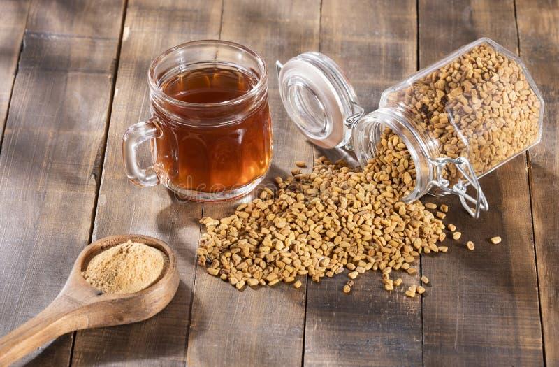 Bebida das sementes ou do Methi Dana de feno-grego embebendo a na água durante a noite útil na perda de peso, na digestão e no tr foto de stock royalty free