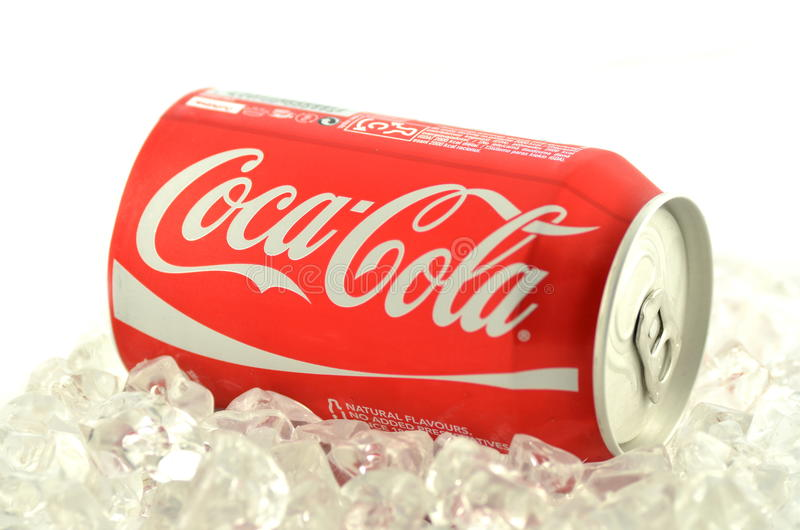 Bebida de Coca-Cola en una poder en el hielo aislado en el fondo blanco fotografía de archivo libre de regalías