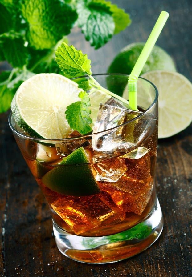 Bebida de Cuba Libre imagens de stock royalty free