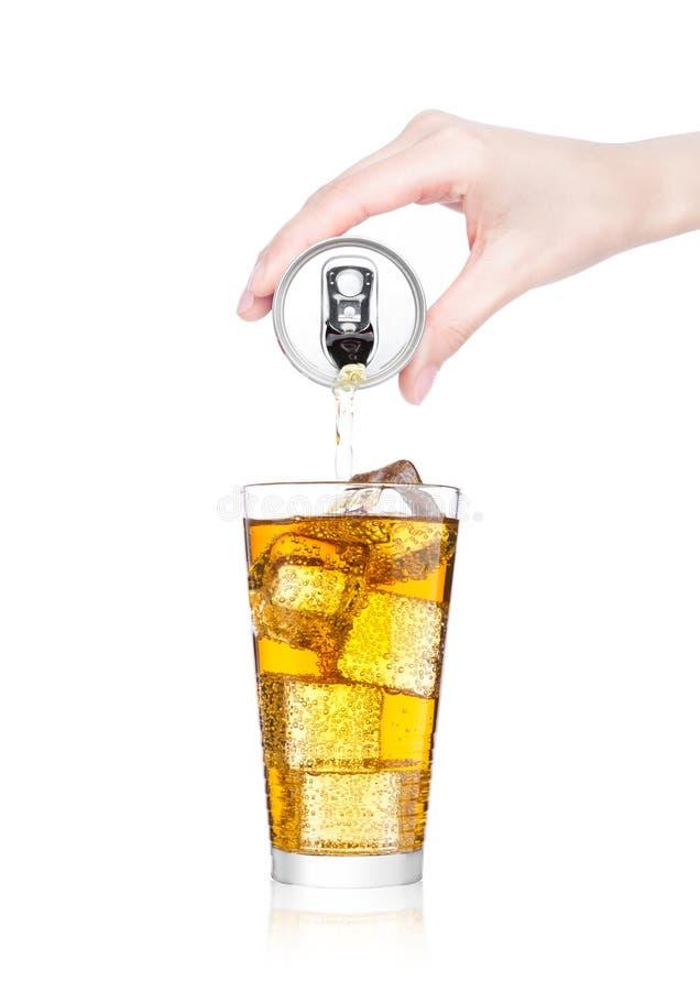 Bebida de derramamento da energia da mão fêmea da lata da lata imagem de stock