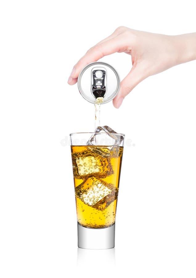 Bebida de derramamento da energia da mão fêmea da lata da lata fotografia de stock