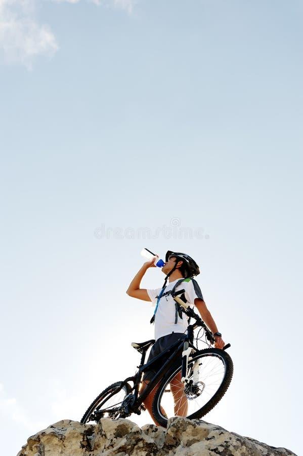 Bebida de la bici de montaña fotografía de archivo libre de regalías