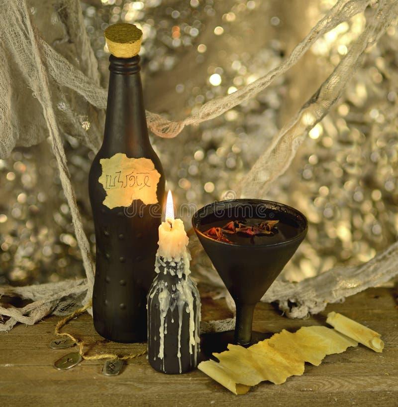 Bebida de la bruja con el pedazo del papel fotos de archivo libres de regalías