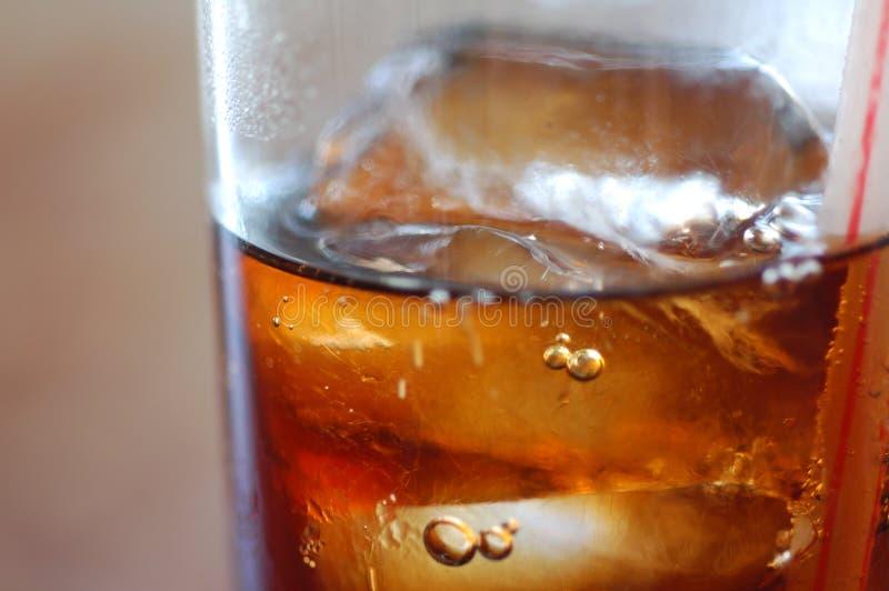 Bebida de la cola con los cubos de hielo foto de archivo libre de regalías