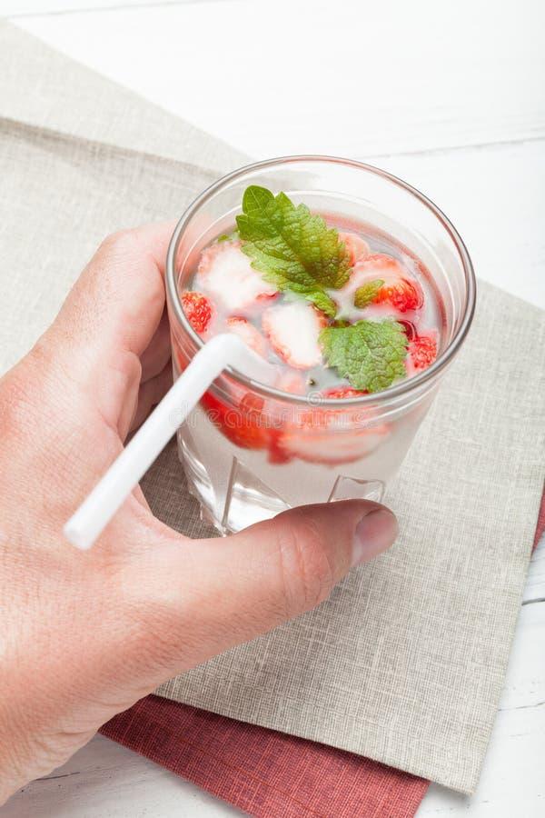 Bebida de la fresa del verano, limonada de la menta fresca Agua de Mojito fotos de archivo libres de regalías