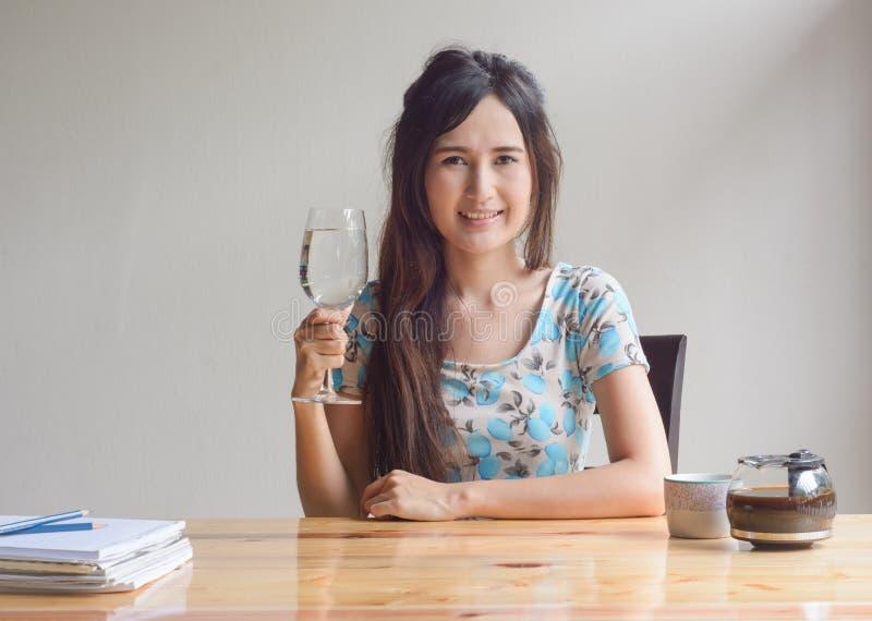 Bebida de la mujer imagen de archivo