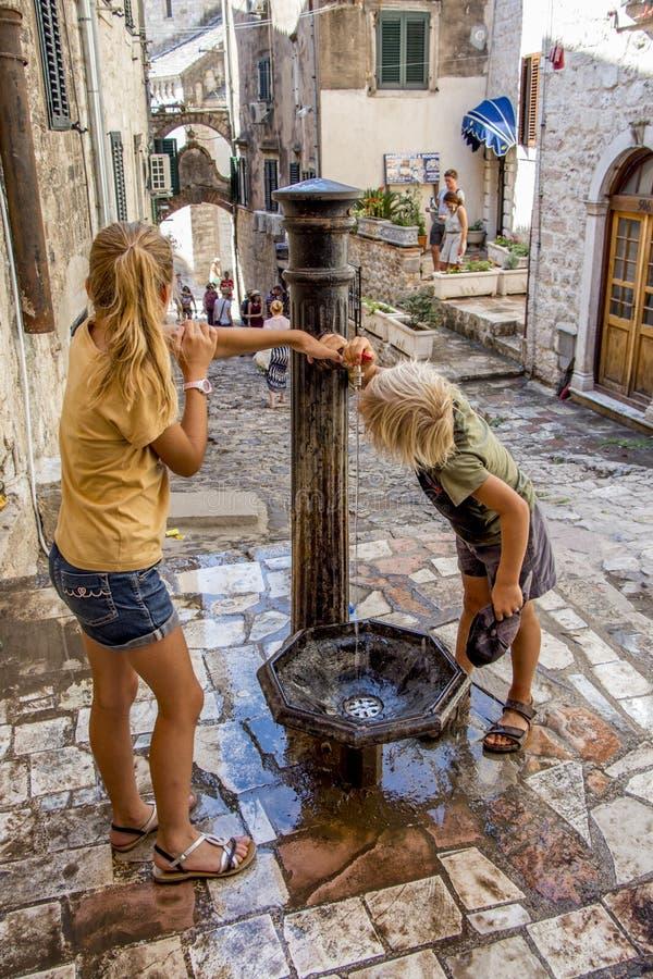 Bebida de los niños de la fuente de agua imagen de archivo libre de regalías