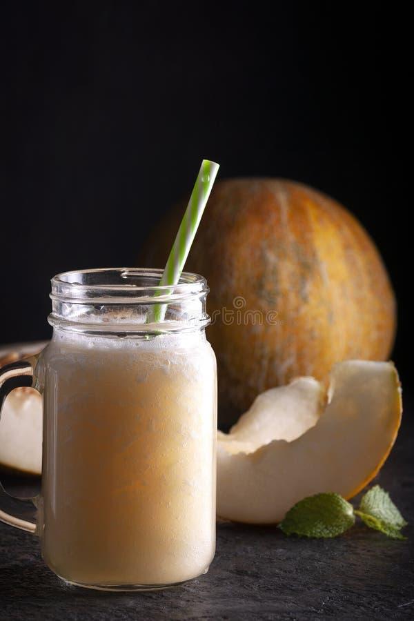 Bebida de melão decorada com folhas de menta Fatias de melão fotografia de stock