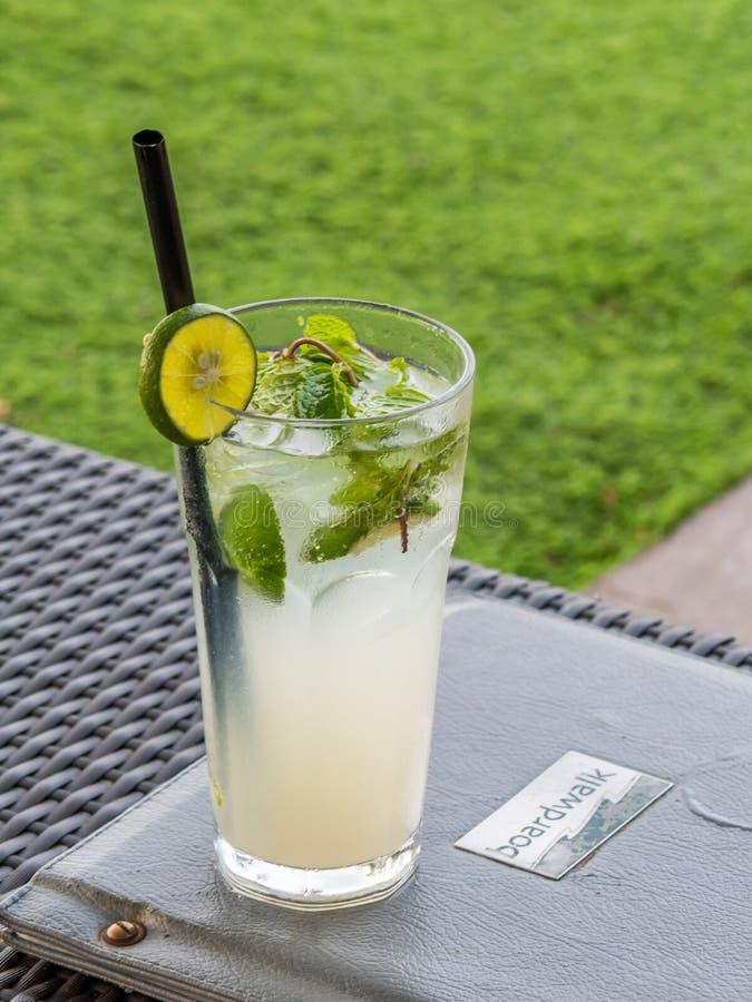 Bebida de refrescamento após um dia na praia em Bali imagens de stock