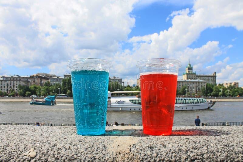 Bebida de refrescamento em um close-up plástico do copo imagem de stock