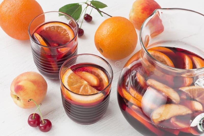 Bebida de restauración del verano de la sangría del vino rojo imagen de archivo