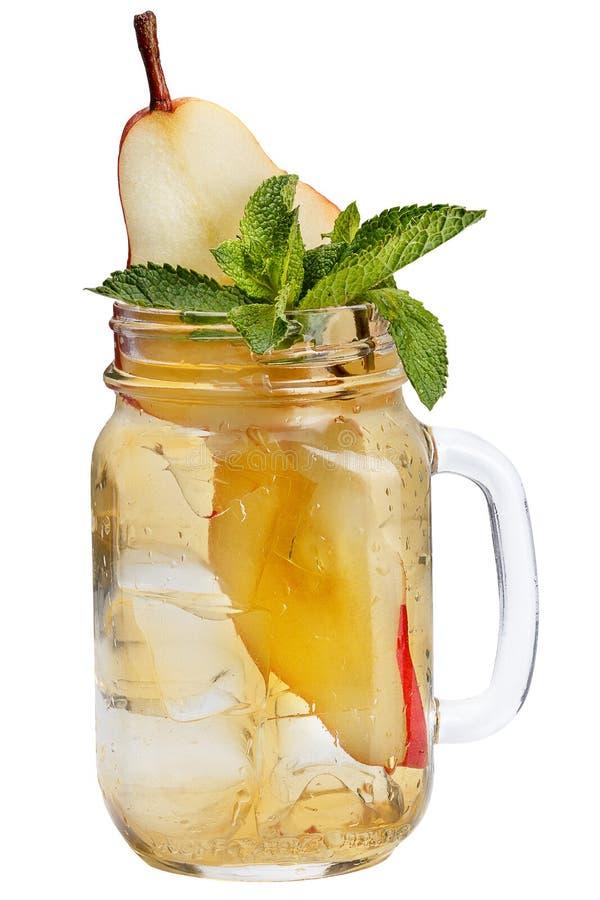 Bebida de restauración fresca con los cubos de hielo en tarros de albañil con una pera y una menta Bebida del verano en el fondo  imagenes de archivo