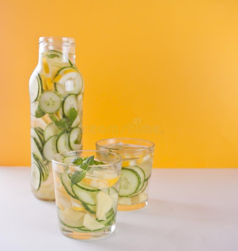 Bebida de restauraci?n del verano con el lim?n, el jengibre, el pepino fresco y la menta fotos de archivo libres de regalías