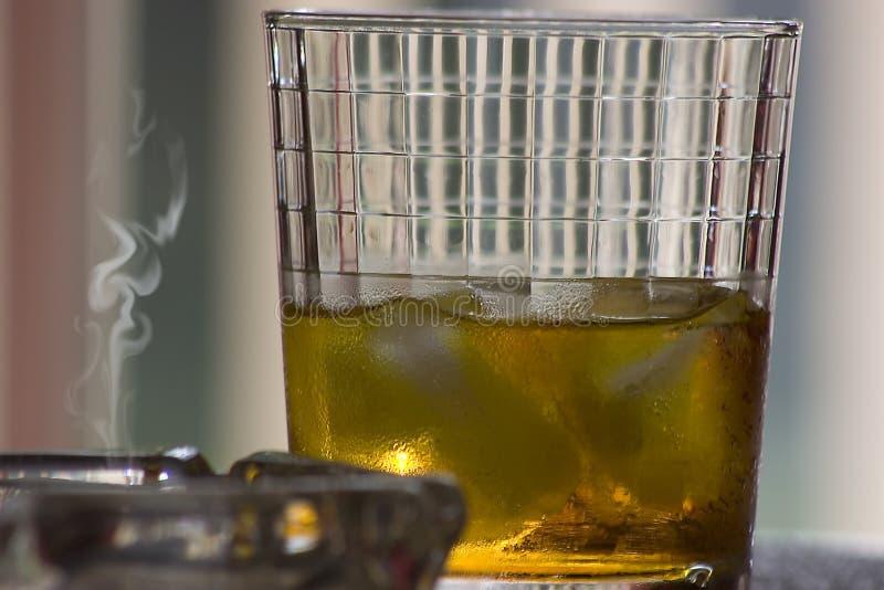 Bebida del alcohol en las rocas imagen de archivo