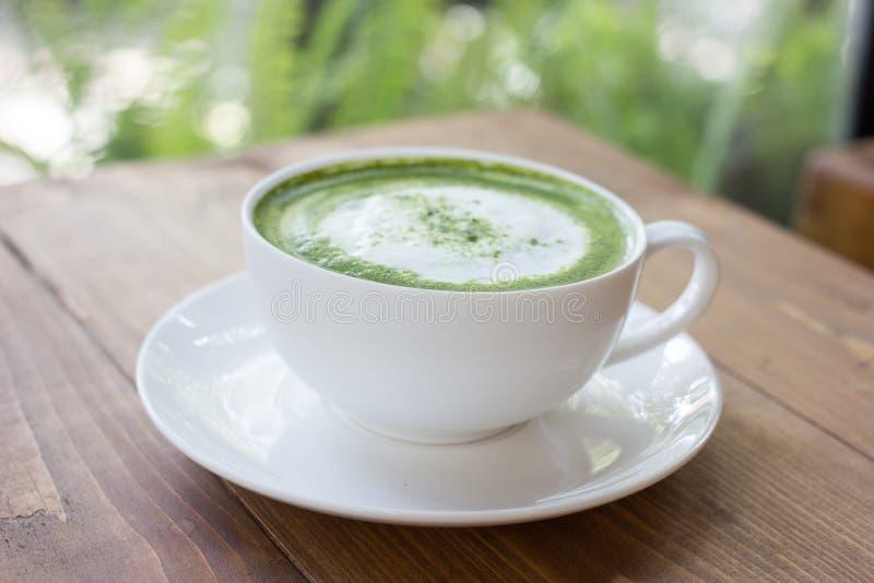 Bebida del latte del té verde de Matcha en vidrio imágenes de archivo libres de regalías