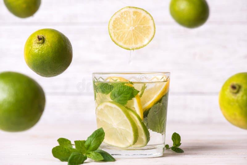 Bebida del limón en vidrio en el fondo de madera foto de archivo libre de regalías