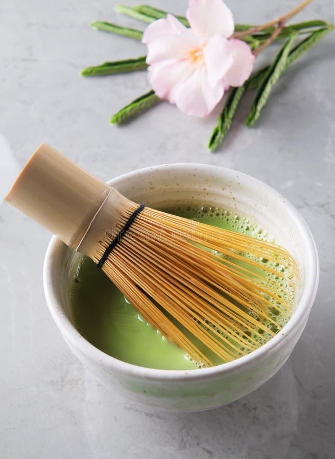 Bebida del té del matcha y accesorios verdes del té - el bambú chesen en fondo de mármol gris Concepto japon?s de la ceremonia de fotos de archivo libres de regalías