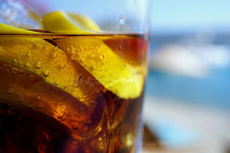 Bebida del verano en las rocas fotos de archivo