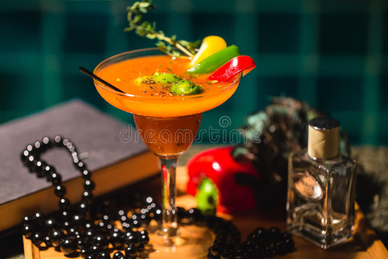 Bebida denominada do cocktail com cal, capsicum e alecrins foto de stock royalty free