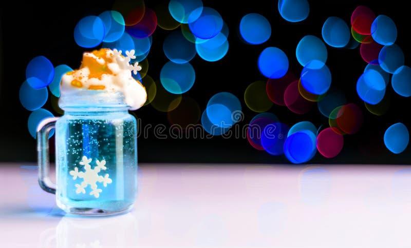 Bebida disparada em um vidro disparado em um fundo do bokeh, decoração na barra, partido do Natal do Natal do xmas fotografia de stock