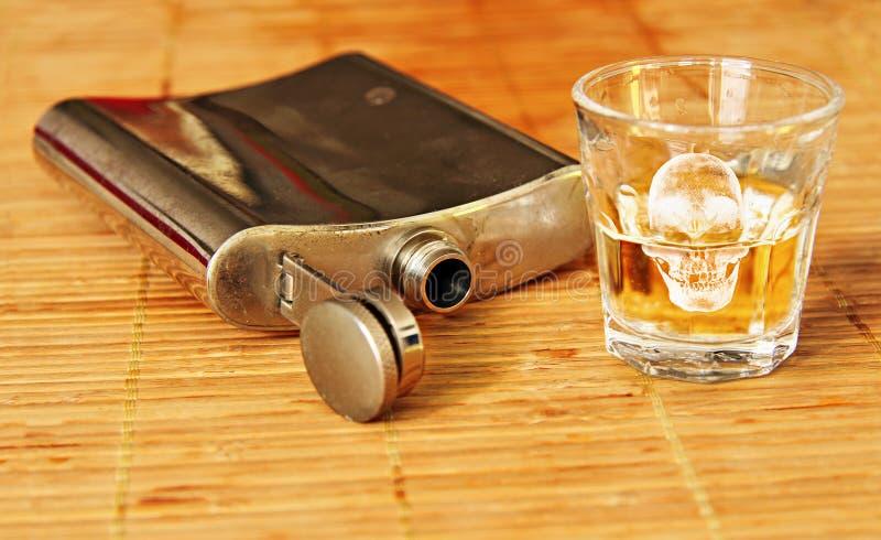 Bebida do álcool com garrafa de aço fotografia de stock