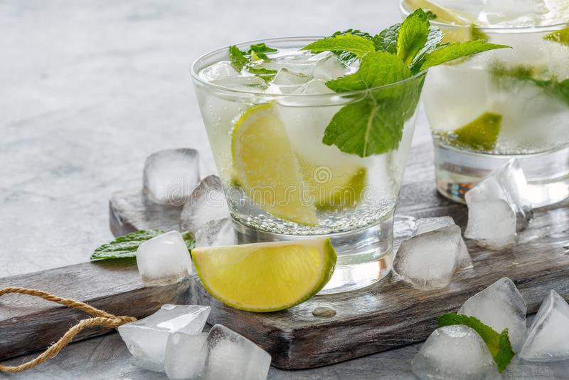 Bebida do cal e da hortelã com cubos de gelo imagens de stock