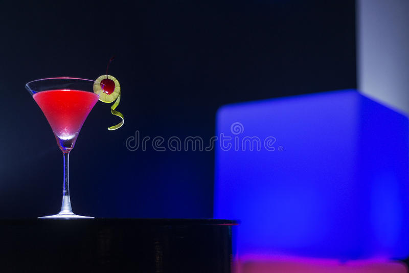 Bebida do cocktail de martini da cereja na noite na barra moderna foto de stock