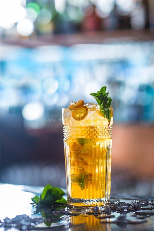 Bebida do cocktail retro com frutos tropicais no barcounter no clube noturno ou no restaurante imagens de stock royalty free