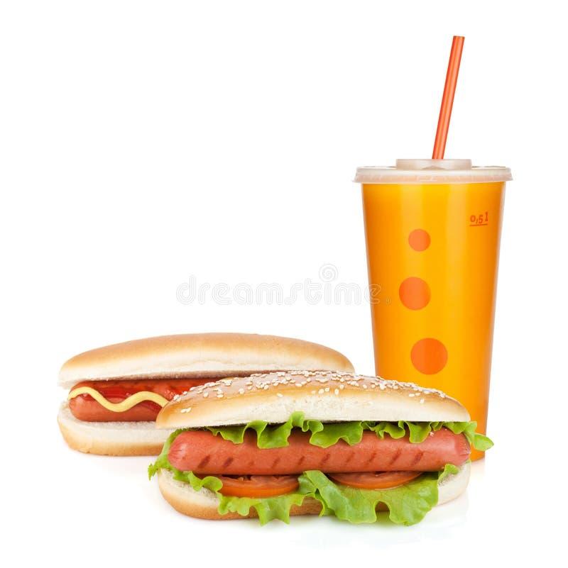 Bebida do fast food e dois cachorros quentes imagem de stock