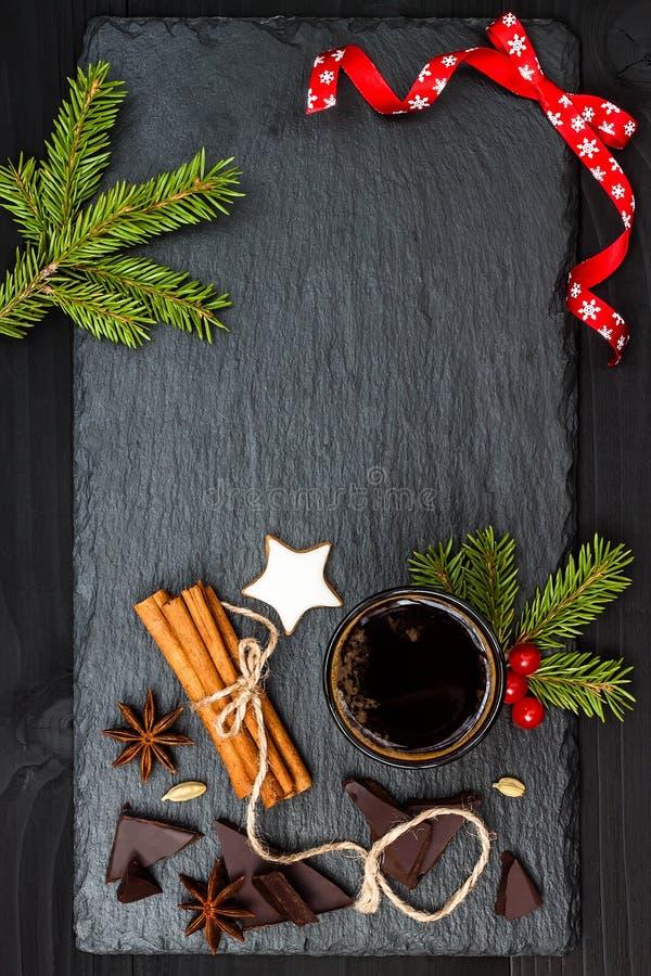 Bebida do feriado do Natal Chocolate quente picante com anis e canela Fundo do espaço da cópia do texto livre imagem de stock
