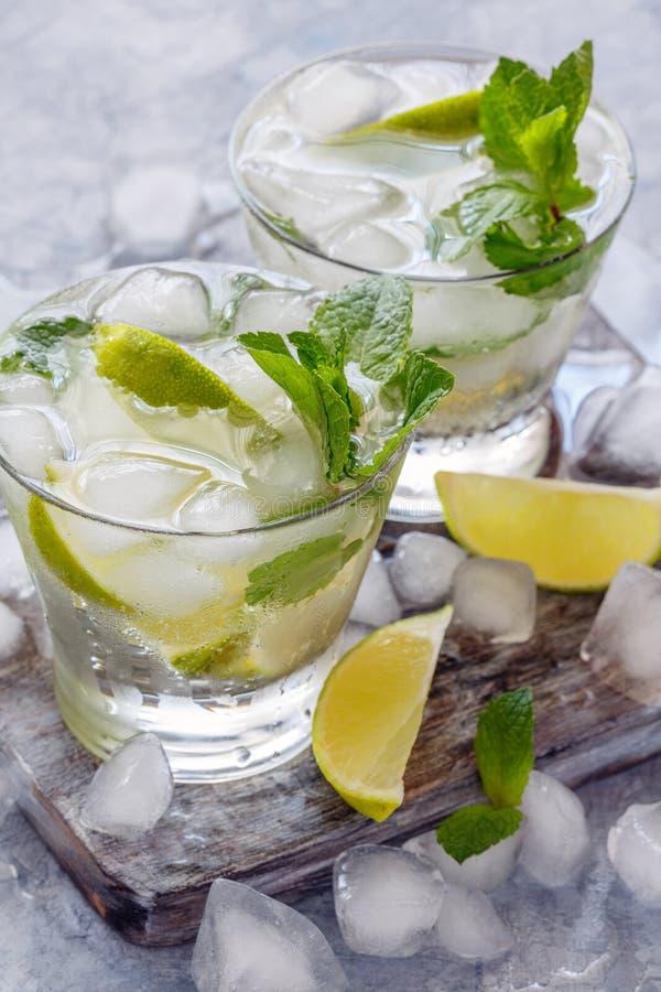 Bebida do gelo com cal e a hortelã fresca imagens de stock royalty free