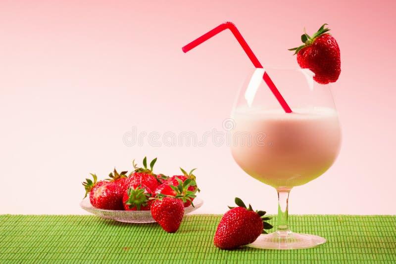 Bebida do milk shake da morango fotografia de stock