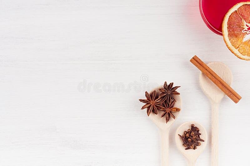 Bebida do Natal - ingredientes para o vinho ferventado com especiarias As colheres do vinho tinto e da madeira com estrelas do an fotos de stock