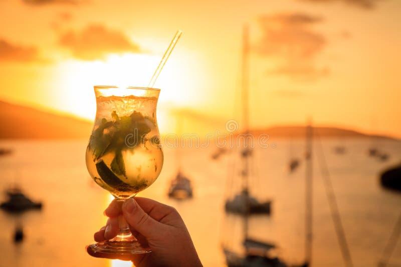Bebida do por do sol nas ilhas fotografia de stock