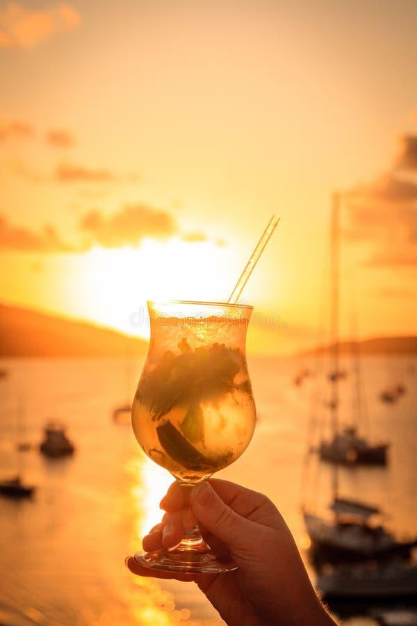 Bebida do por do sol nas ilhas fotografia de stock royalty free