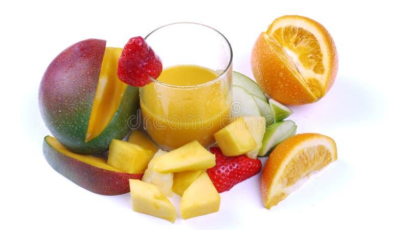 Bebida do Smoothie da manga cercada por Fruta imagem de stock
