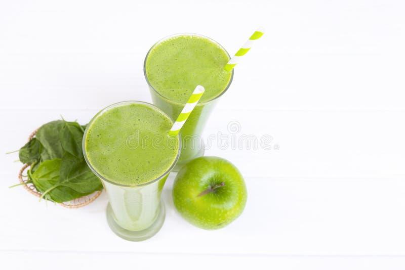 Bebida do suco do verde do batido da maçã da mistura dos espinafres saudável foto de stock royalty free