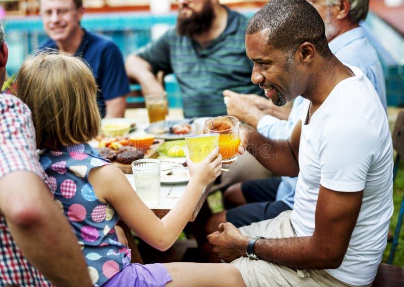 Bebida do tinido do homem negro com a moça no partido do verão imagem de stock royalty free