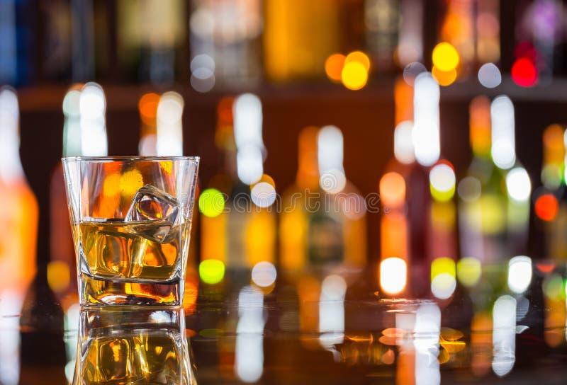 Bebida do uísque no contador da barra fotos de stock royalty free