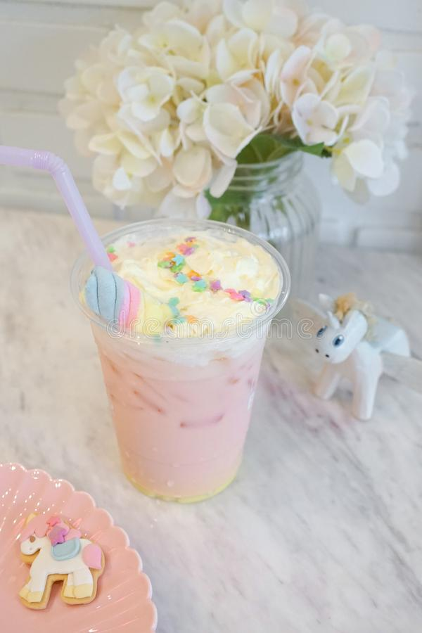 Bebida do unicórnio Bebida de leite da morango e do caramelo com c de chicoteamento foto de stock