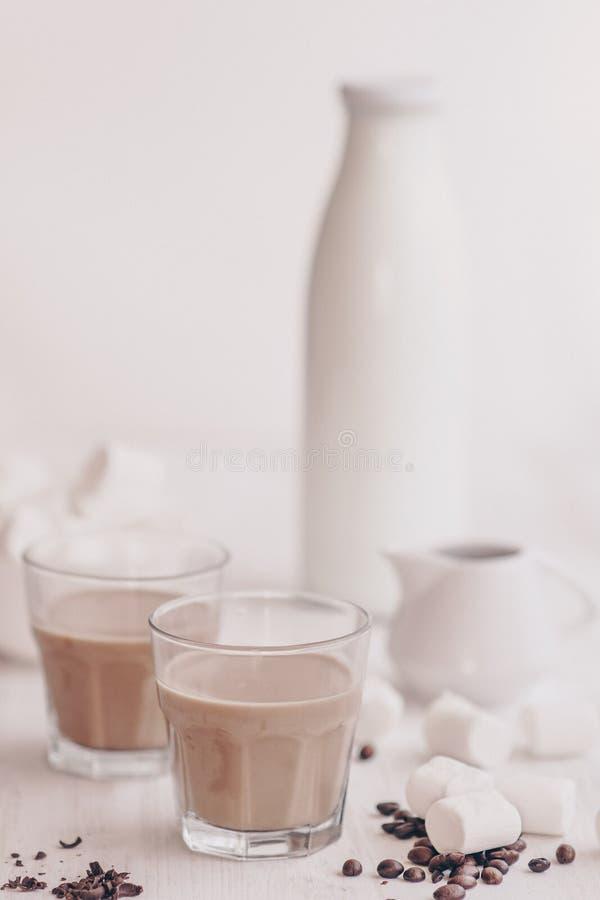 Bebida do verão Café frio com leite e chocolate Fundo claro Café congelado Conceito de uma bebida refrigerando fotos de stock royalty free