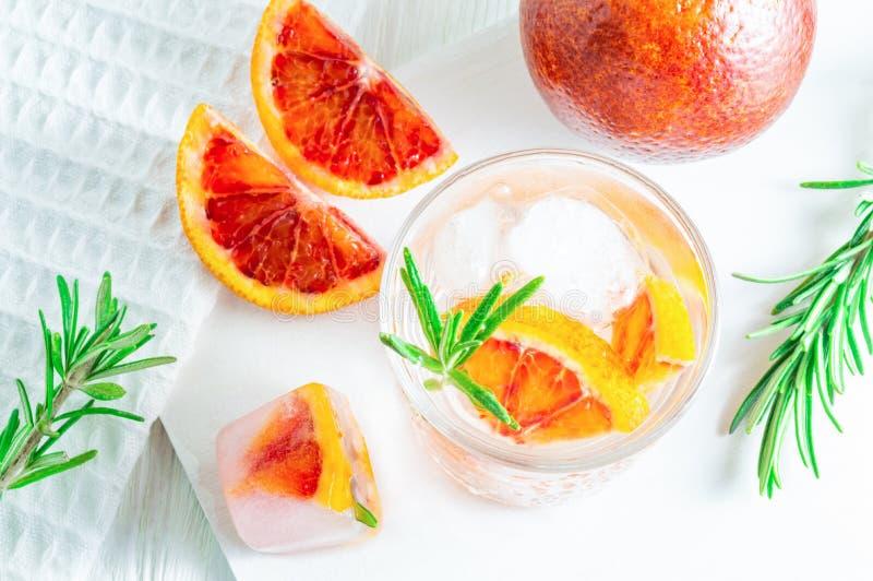 Bebida do ver?o com laranja pigmentada e alecrins no fundo de madeira branco Liso-configura??o, vista superior fotos de stock royalty free