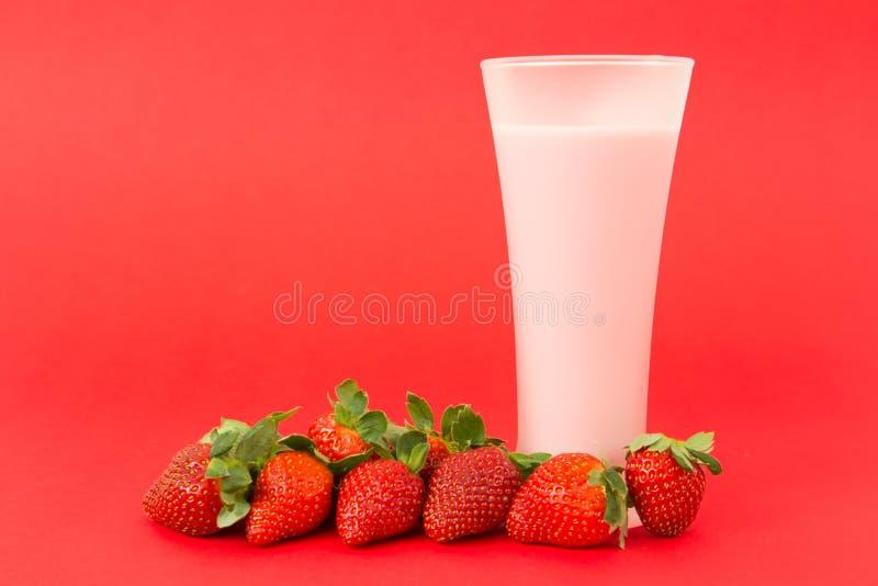 Bebida do yogurt da morango fotografia de stock