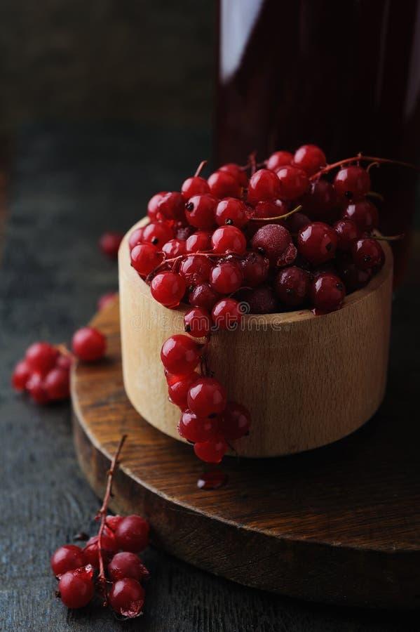Bebida e bacia frescas do berrie com corinto vermelho imagem de stock