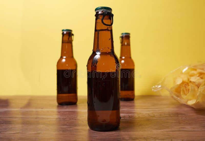Bebida e microplaquetas imagem de stock
