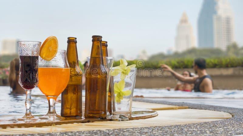 A bebida e o suco bebem com cocktail e a garrafa exóticos da abelha fotos de stock