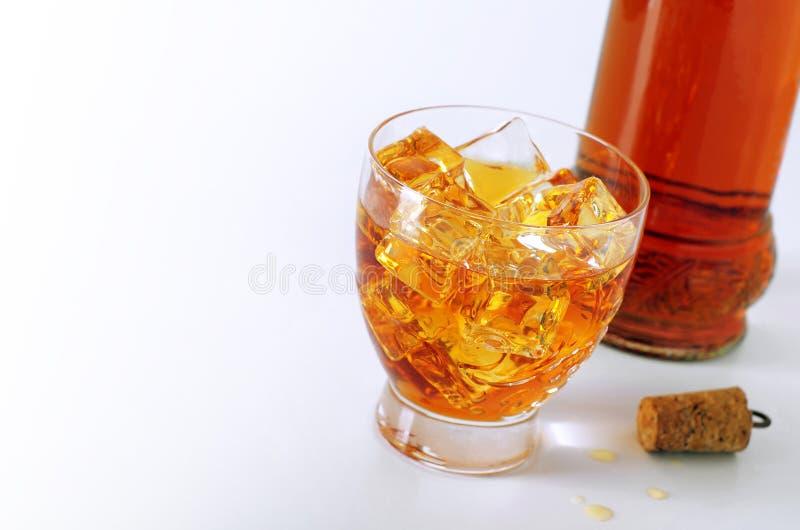 Bebida en las rocas foto de archivo libre de regalías